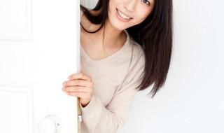 woman opening door_105752969