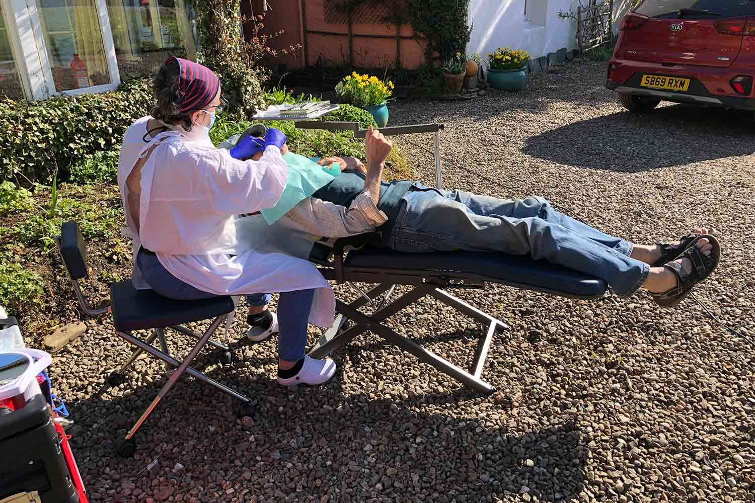Flying Smiles – the dental hygienist offering treatment in gardens